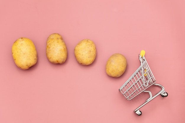 Batatas frescas e carrinho de supermercado