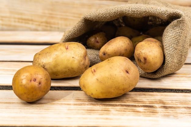 Batatas frescas em um saco de estopa