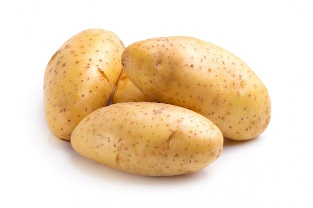 Batatas frescas isoladas sobre um fundo branco.