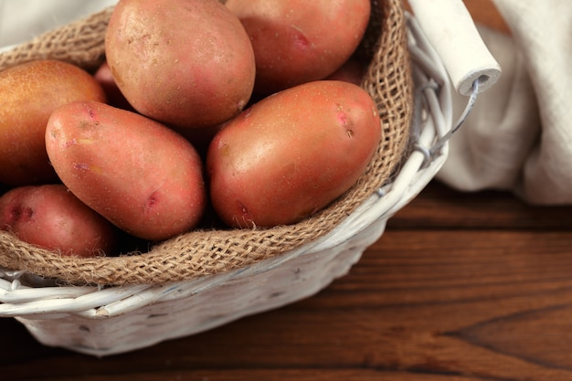 Batatas frescas na cesta