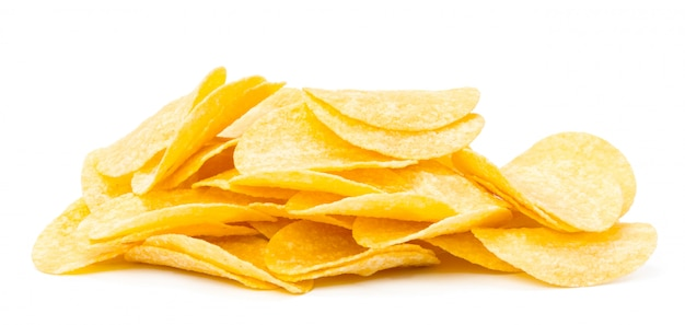 Batatas fritas amarelas isoladas no branco