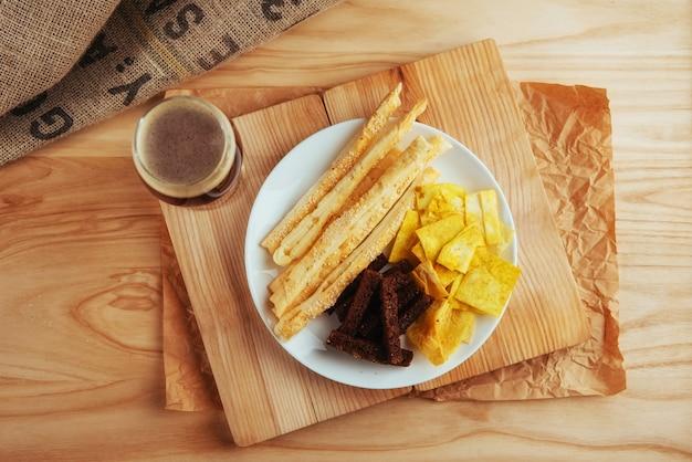 Batatas fritas, bolachas crocantes de pão preto com palitos de gergelim
