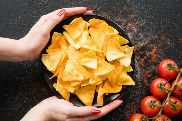 Batatas fritas caseiras de nacho de tortilha. batatas fritas picantes em um prato