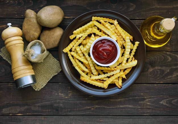Batatas fritas caseiras, e o molho. ingredientes para batatas fritas. vista do topo