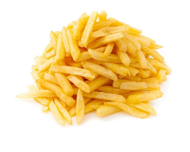 Batatas fritas caseiras. empilhado por um grande slide. fechar-se. fundo branco. isolado.
