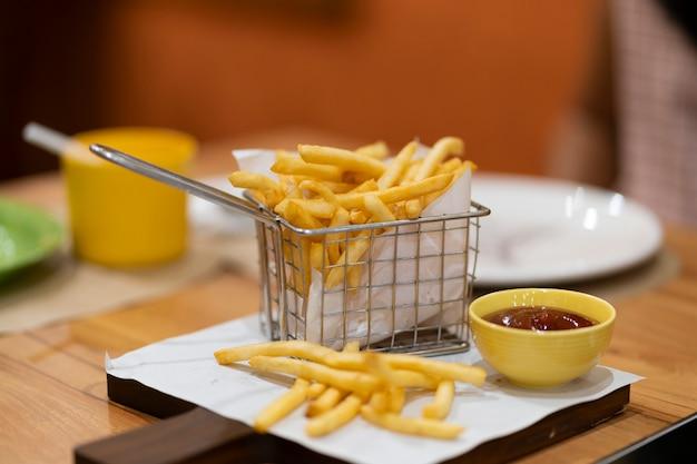 Batatas fritas colocar em uma bandeja com molho.