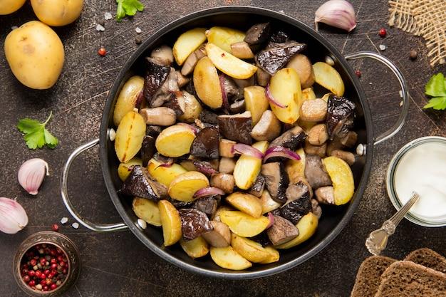Batatas fritas com cogumelos da floresta, boletos, cebolas e creme de leite.