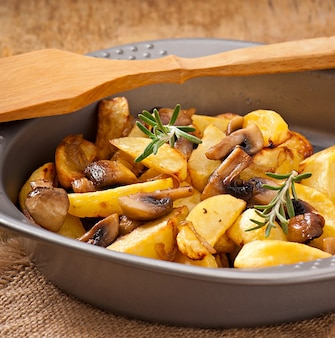 Batatas fritas com cogumelos e cebolas