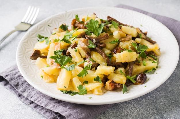 Batatas fritas com cogumelos e ervas frescas.