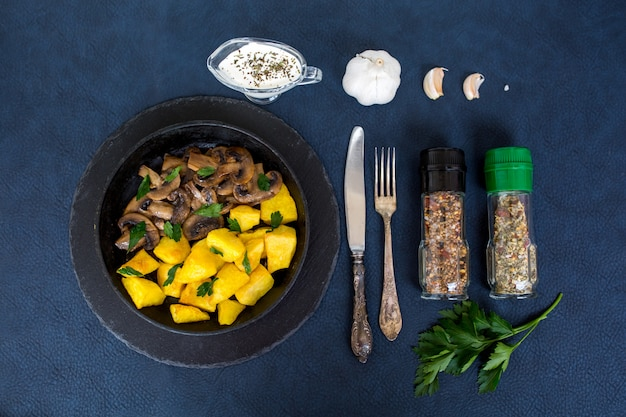 Batatas fritas com cogumelos. jantar. alimento vegetal
