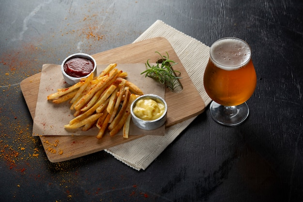 Batatas fritas com copo de cerveja