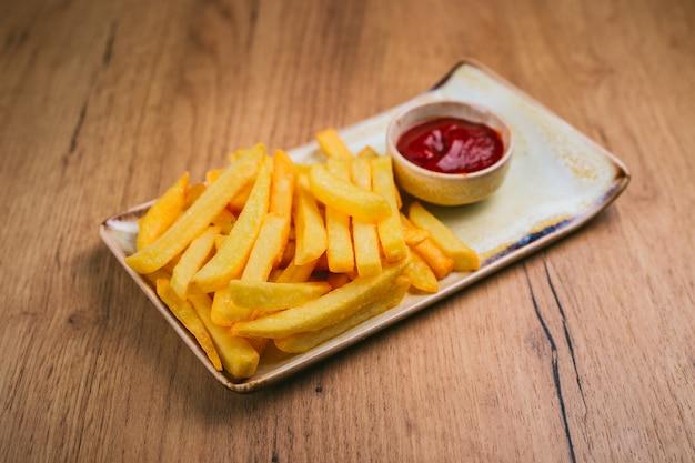 Batatas fritas com ketchup no prato