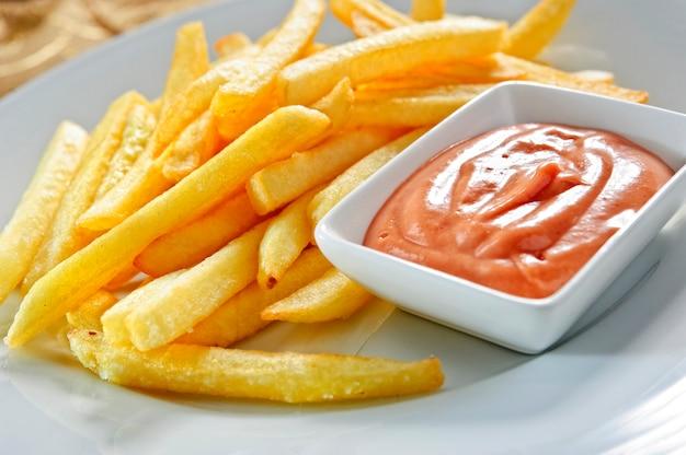 Batatas fritas com ketchup. Foto Premium