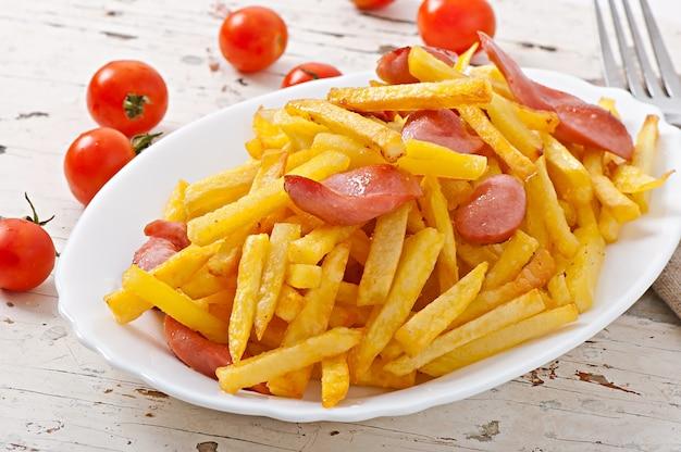 Batatas fritas com linguiça em um prato