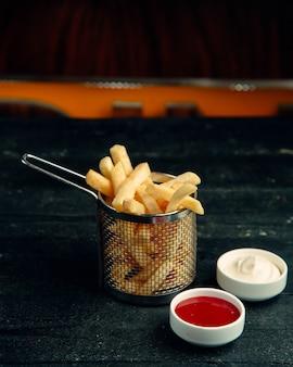 Batatas fritas com maionese e ketchup