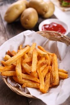 Batatas fritas com molho de tomate