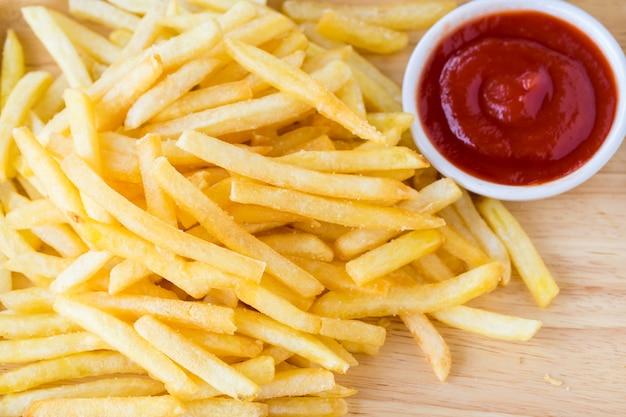 Batatas fritas com molho de tomate.
