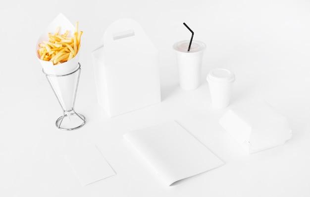 Batatas fritas com pacote de alimentos e copo de eliminação