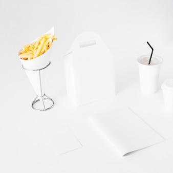 Batatas fritas com pacote de comida e copo de eliminação em fundo branco