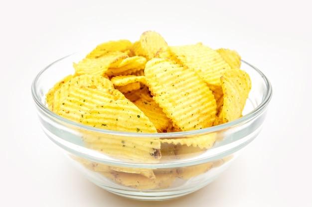 Batatas fritas com tigela de verduras isoladas em branco