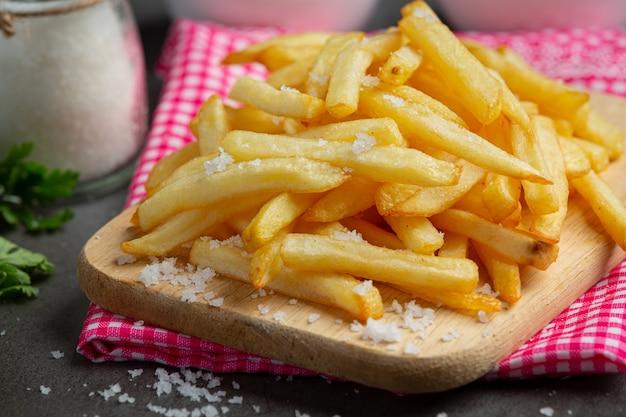 Batatas fritas crocantes com ketchup e maionese.