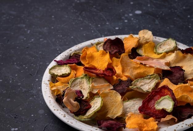 Batatas fritas crocantes de vegetais orgânicos com abóbora assada no forno, beterraba, abóbora, tomate, salgadinhos de cenoura