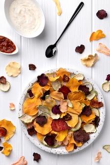 Batatas fritas crocantes de vegetais orgânicos com abóbora assada no forno, beterraba, tomate, batatas fritas de cenoura lanches com molho
