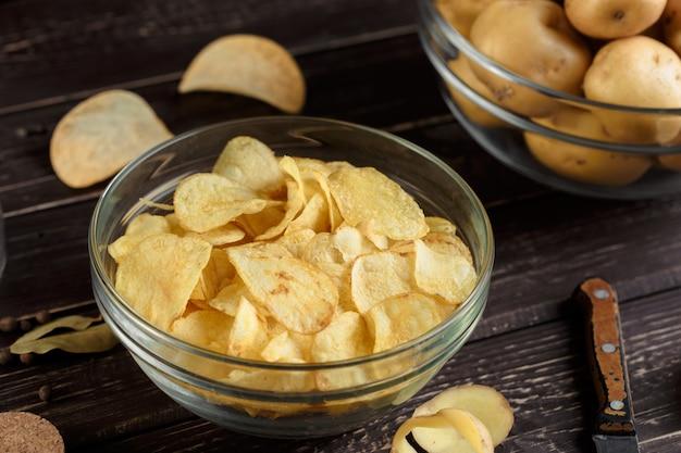 Batatas fritas crocantes e batata crua