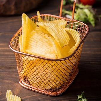 Batatas fritas crocantes na cesta de cobre