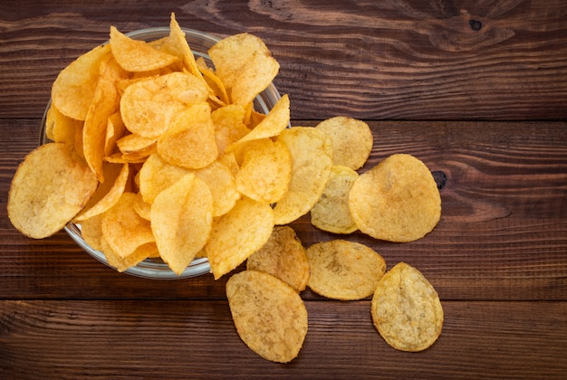 Batatas fritas crocantes na tigela