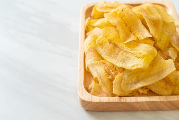 Batatas fritas de banana crocantes - banana fatiada frita ou assada