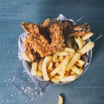 Batatas fritas de frango com batatas fritas