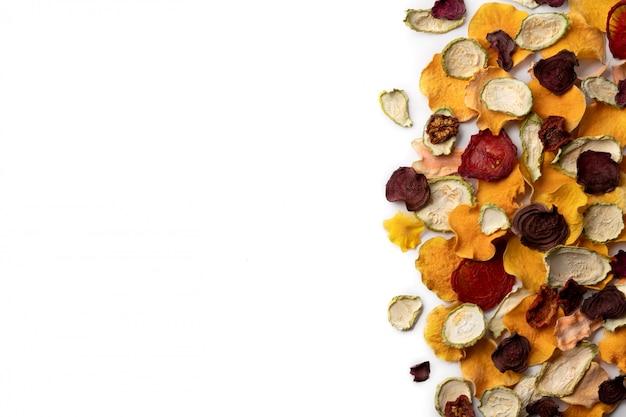 Batatas fritas de vegetais orgânicos crocantes crocantes abóbora cozida no forno, beterraba, abóbora, tomate, batatas fritas de cenoura lanches