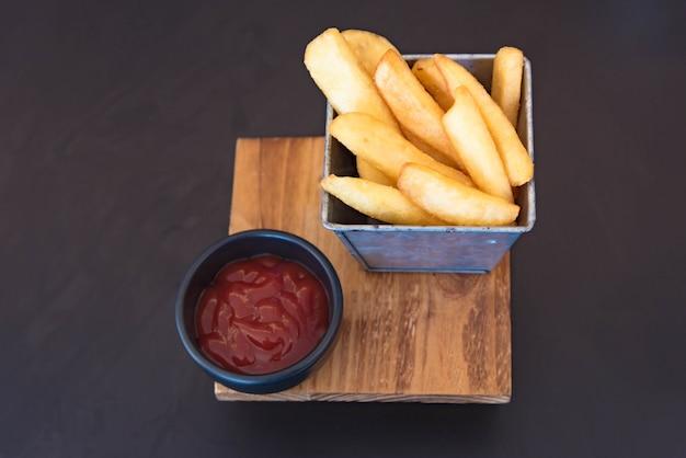 Batatas fritas douradas prontas para serem comidas