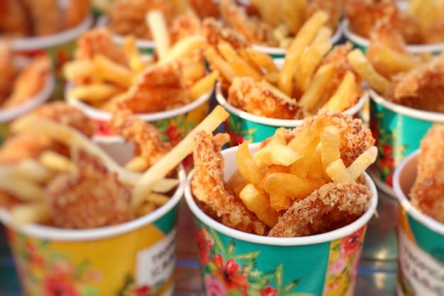 Batatas fritas e frango frito no mercado