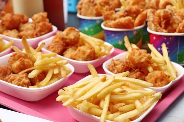 Batatas fritas e frango frito