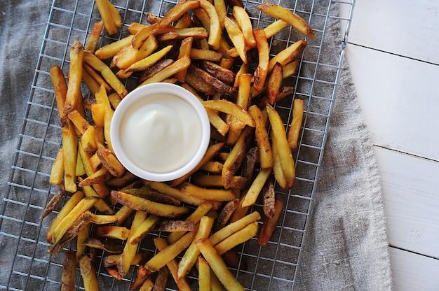 Batatas fritas e maionese
