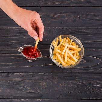Batatas fritas e molho de ketchup