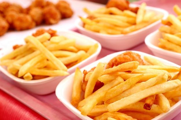 Batatas fritas e nuggets fritos no mercado