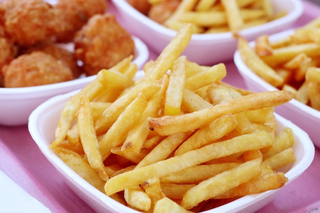 Batatas fritas e nuggets fritos