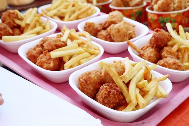 Batatas fritas e nuggets