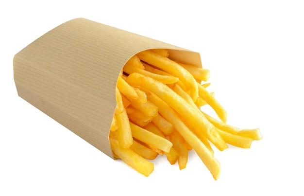 Batatas fritas em caixa de papel kraft, isolada no fundo branco.