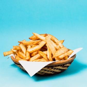 Batatas fritas em fundo azul
