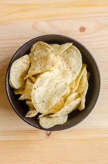 Batatas fritas em madeira: lanche em tempo de pausa