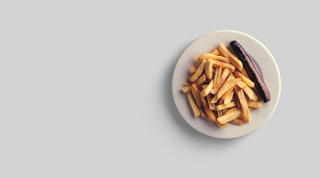 Batatas fritas em um prato sobre um fundo cinza. visão de close-up.