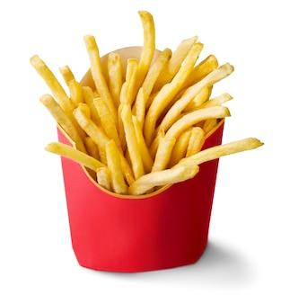 Batatas fritas em uma caixa de papelão vermelha isolada no branco