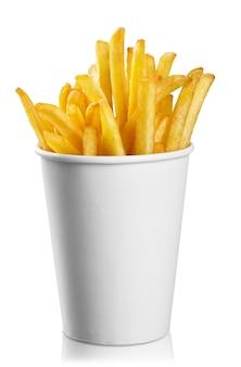 Batatas fritas em uma embalagem de papel no fundo branco
