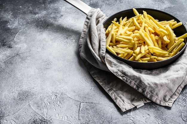 Batatas fritas em uma frigideira. vista do topo.