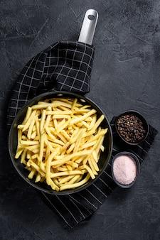 Batatas fritas em uma frigideira.