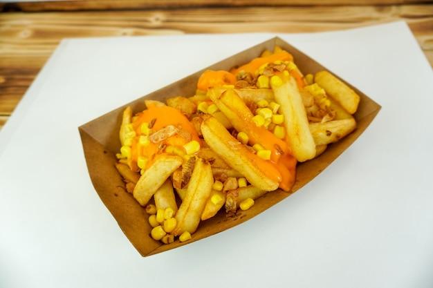 Batatas fritas em uma mesa de restaurante